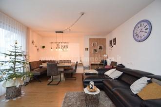 Appartamento soleggiato al piano terra con giardino privato e vista libera in Val Casies in vendita