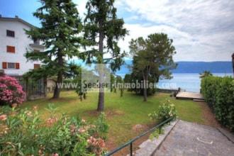Vivere in prima fila sul Lago di Garda: unica casa indipendente con giardino e darsena privata direttamente sul lago in vendita