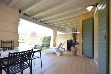 Natur pur! Atemberaubende Erdgeschosswohnung in einer ruhigen Golfresidence am Gardasee zu verkaufen