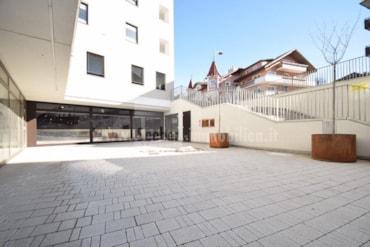 Im Stadtzentrum Bruneck nahe des Zugbahnhofes wird ein großes Geschäftslokal verkauft