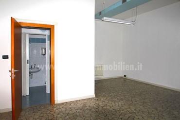 BOZEN: Wir verkaufen ein helles Geschäft im Erdgeschoss